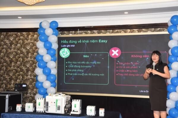 Các chuyên gia giới thiệu sản phẩm EasyFit đến khách hàng
